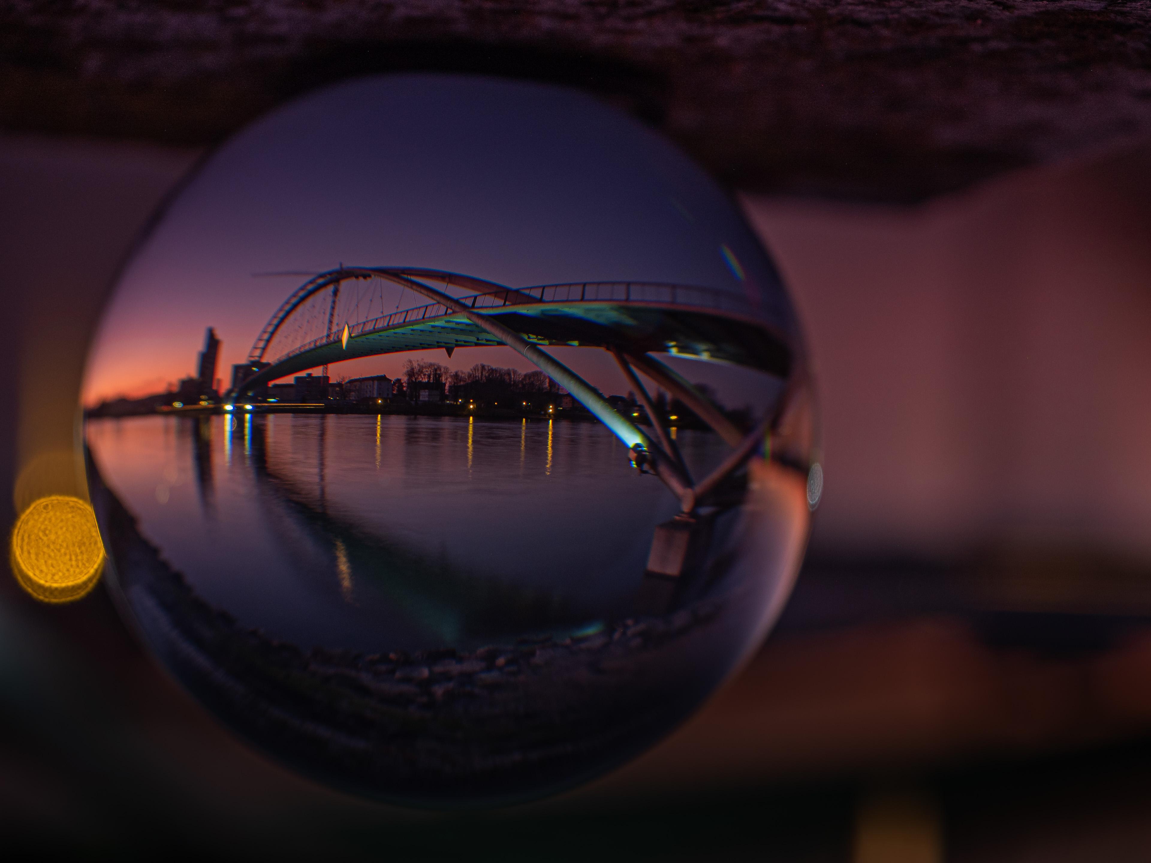 Sonnenuntergang an der Dreiländerbrücke durch die Glaskugel