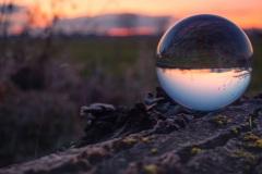 Glaskugel am klaren Winterabend bei Wolfenweiler